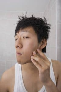 guy-watching-his-acne